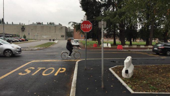busto segnaletica marciapiede