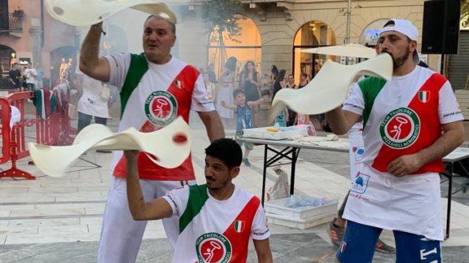 busto pizzaioli acrobatici piazza
