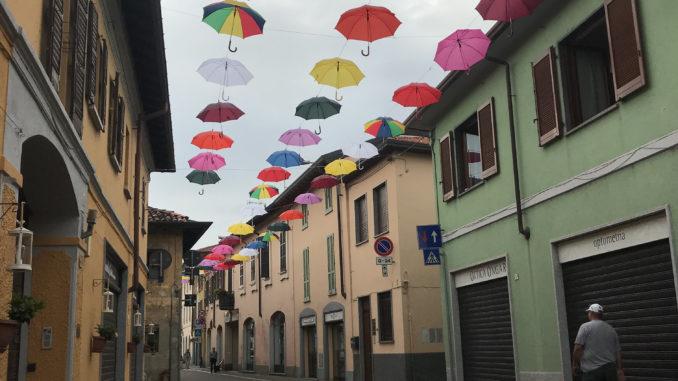 castano ombrelli colorati sospesi