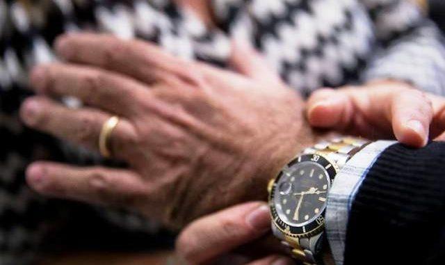 ruba Rolex truffa abbraccio