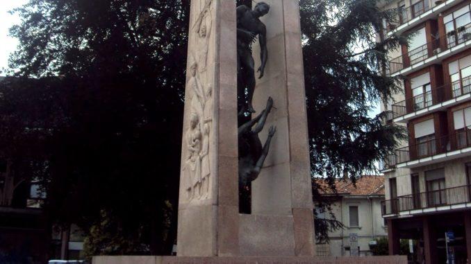 busto tre culi monumento trasloco