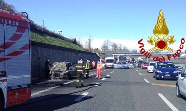 Auto fiamme a8 autostrada