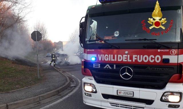 sesto auto fiamme