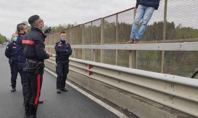 cairate ponte tenta suicidio
