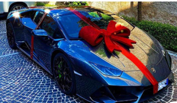 Lamborghini in regalo al marito: bufera social contro la moglie di Insigne