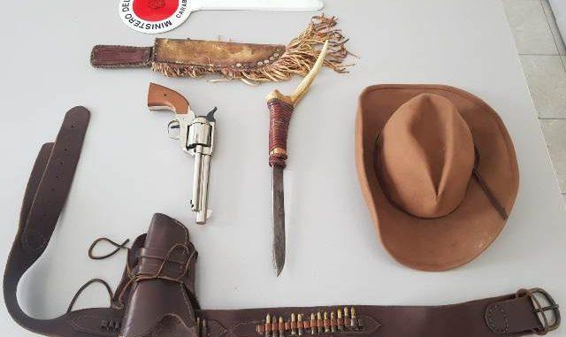 busto cowboy pugnale denunciato
