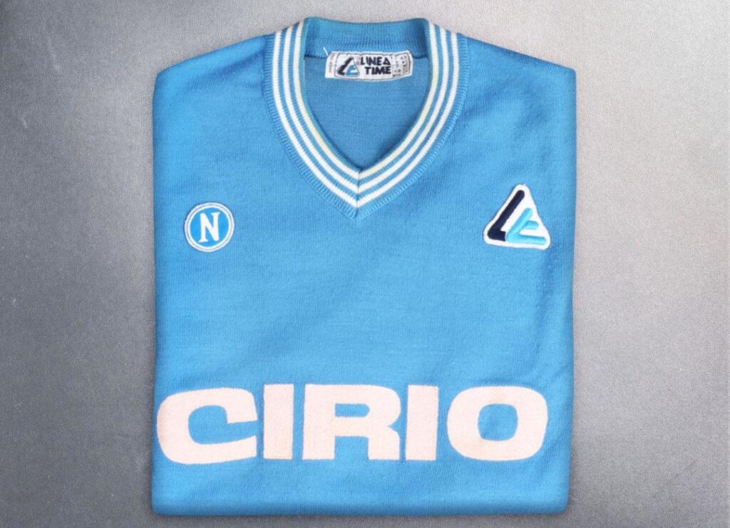 Diego Maradona e la sua prima maglia del Napoli: era