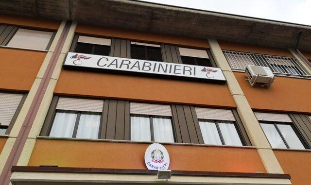 malnate carabinieri denunciato coltello