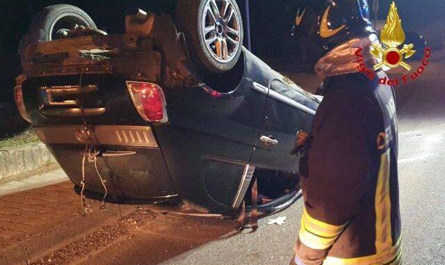 bisuschio auto ribaltata feriti