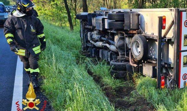 mornago camion ribaltato autista ferito
