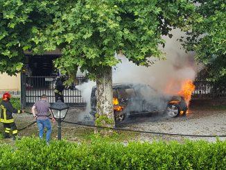 Brinzio incendio auto